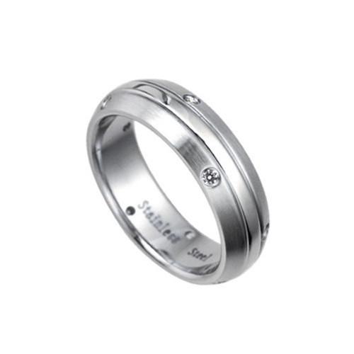 Ocelový prsten s zirkony vedoucími po stranách a jemně broušeným středem